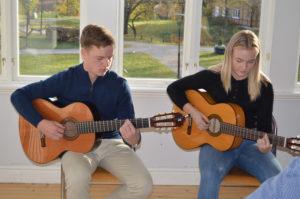 Hampus Håkansson och Moa Forsman underhöll med gitarrspelning.